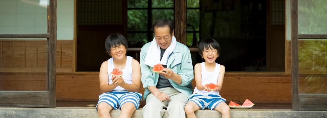 スイカを食べる家族