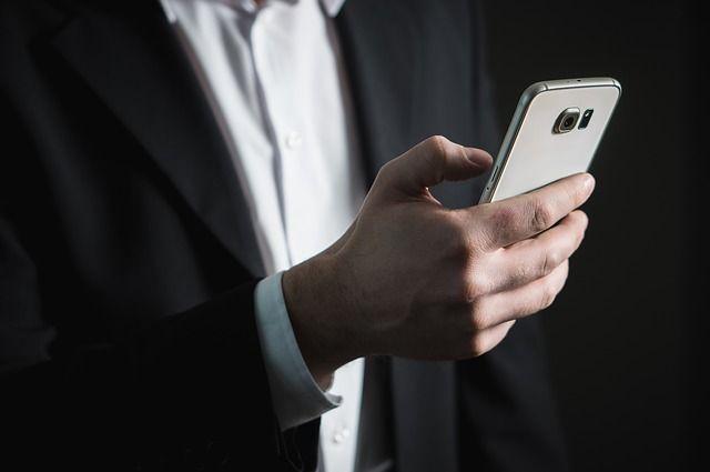 スマートフォンを操作するビジネスマンの手