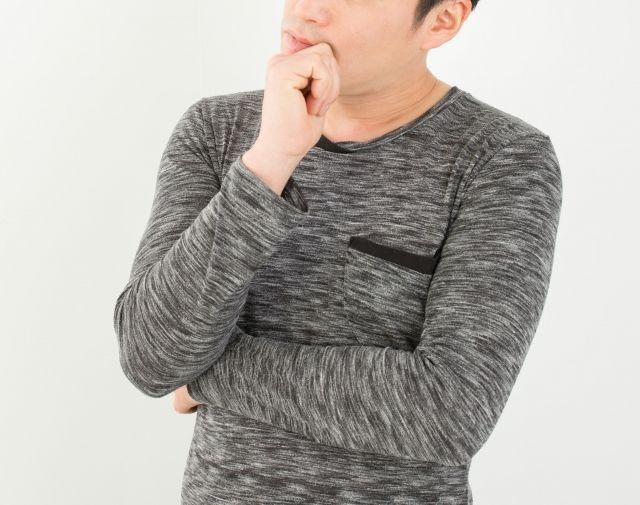 遺品整理について悩む男性