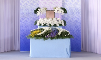 お客様が希望されているイメージを経験豊富な担当者がイメージしておつくりします。<br /> 例えば、お客様のご予算に合わせた花祭壇をご提案いたします。<br /> また、使用する会場の広さによっても祭壇のサイズや花のボリュームが変わってきますので、<br /> 過去の事例に基づきよくご利用される祭壇のサイズ等のご紹介もいたします。